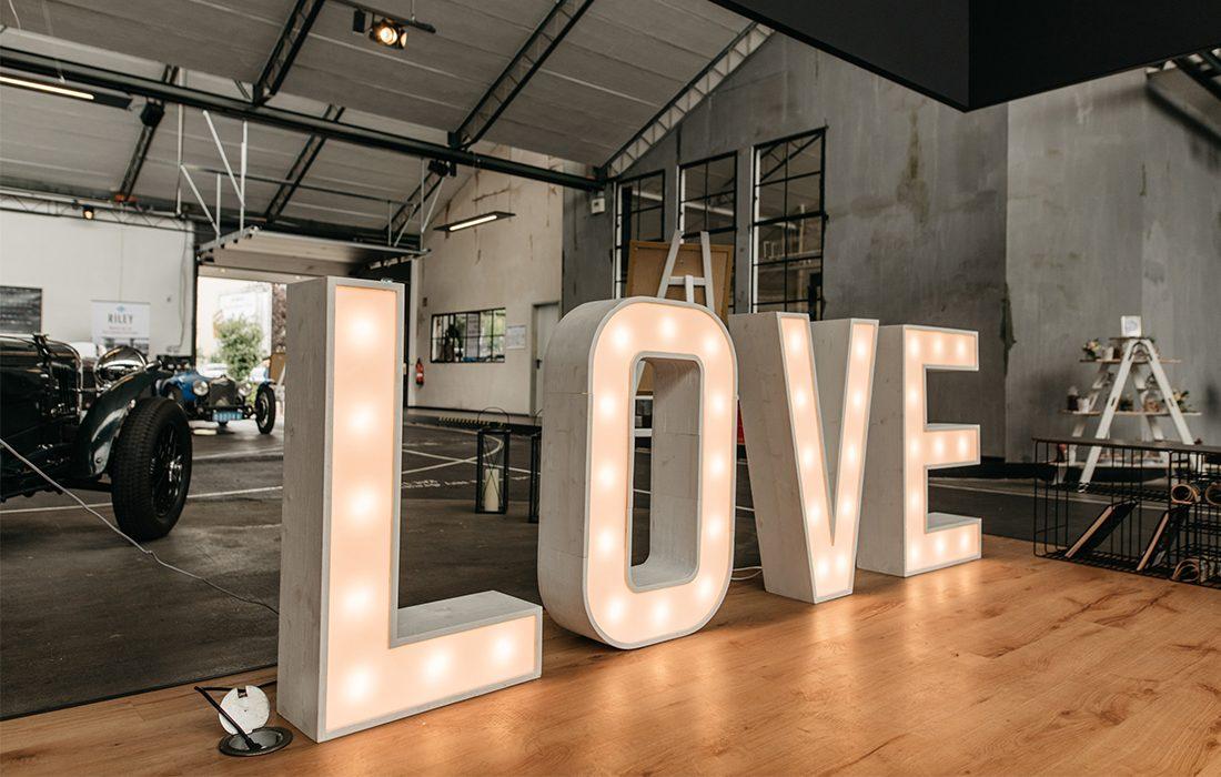 herzundbluete-hochzeitsdecko-love-leuchtbuchstaben